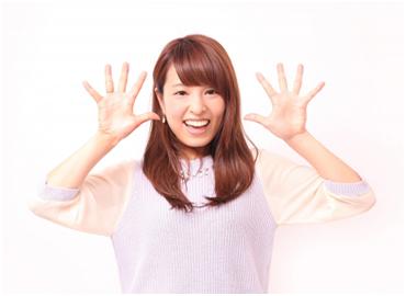 手を広げた笑顔の女性